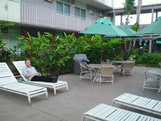 Pacific Marina Inn Airport: Tucked in to an industrial area, the hotel is a quiet oasis.