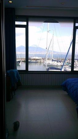 Hotel Transatlantico : Grande finestra con vista su porticciolo e Vesuvio