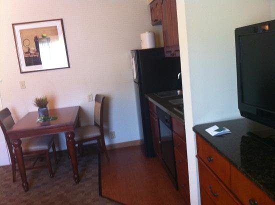 Homewood Suites by Hilton Jackson-Ridgeland : dining/kitchen area