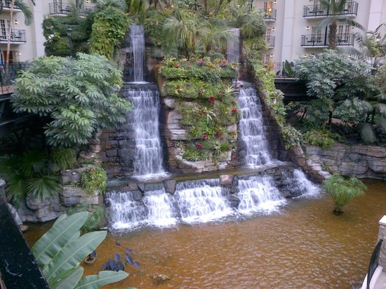 Gaylord Opryland Resort & Convention Center: Waterfall in the Cascades atrium near the lobby
