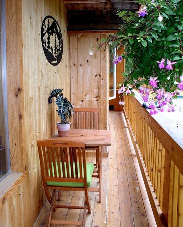 Moss Mountain Inn: The inn has decks on two of three levels.