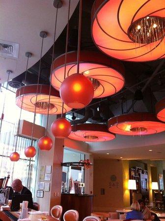 رينيسانس أرلينجتون كابيتال فيو هوتل: Ambiance in the bar and dining area