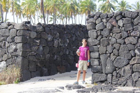 ‪‪Pu'uhonua O Honaunau National Historical Park‬: Standing by the walls of the City of Refuge‬