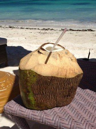 Tortuga Bay Hotel Puntacana Resort & Club : Fresh coconut milk from Beach Service