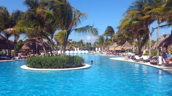 Ocean Breeze Riviera Maya Hotel: Der Pool - sehr gepflegt und sauber