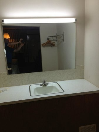 Mountain Empire Motel: Light above sink