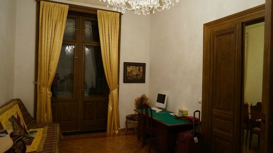 Malostranska Residence: Первая спальня с балконом + комп