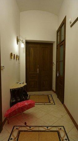 Malostranska Residence: Вид на входную дверь с гардеробом