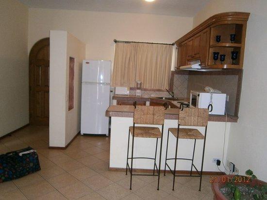 El Ameyal Hotel & Family Suites: La Cocina con una útil barra.