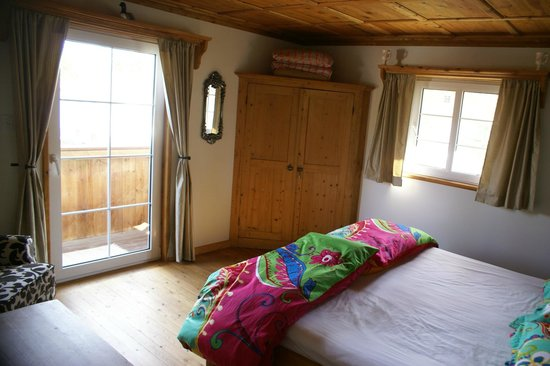 Alpenglow Bed and Breakfast: Sullivan Suites, smal room, King bed and shared bathroom
