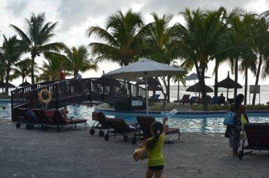 Le Meridien Ile Maurice: Desde la piscina vemos la playa