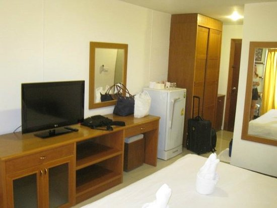 Rafael Mansion Bangkok Airport: TV, storage and fridge