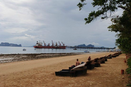 Sofitel Krabi Phokeethra Golf & Spa Resort: Beach across road from hotel at low tide