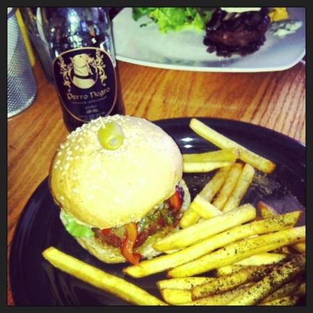 Pig's Pearls: hamburguesa chimichurri y cerveza perro negro