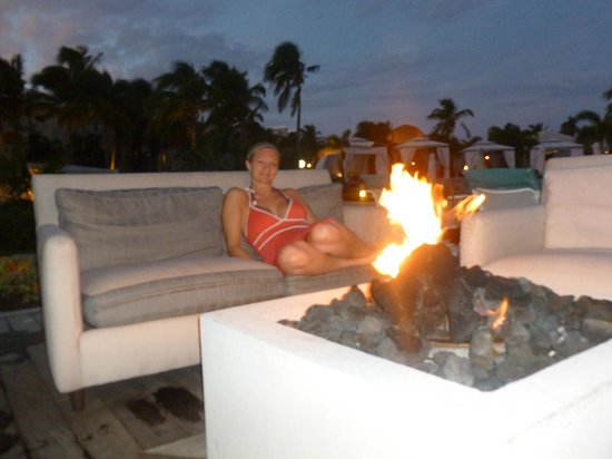 Sandals Emerald Bay Golf, Tennis and Spa Resort: Fire Pits at night