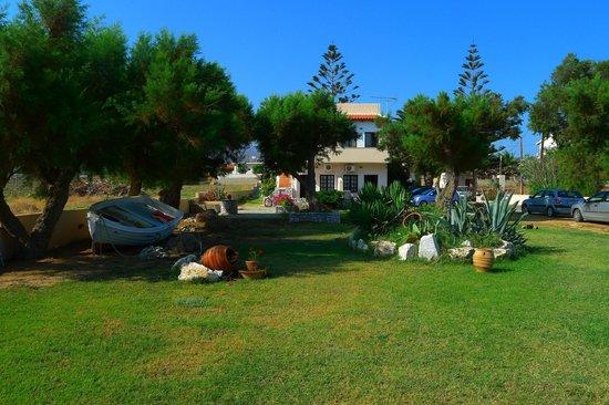 Anavaloussa Apartments: La résidence depuis la route, devant la plage