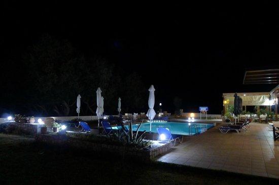 Anavaloussa Apartments: La piscine by night