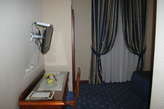 Hotel Artorius: Desk with flat-screen LCD TV and the sound-proofed window