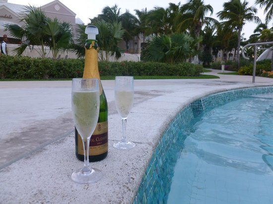 Sandals Emerald Bay Golf, Tennis and Spa Resort: champers in the Hot Tub