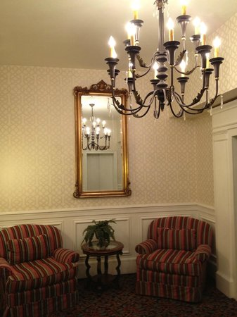 Pocono Manor Resort & Spa: Small Lobby on the Ground Floor