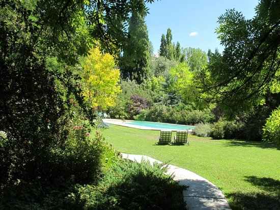 Casa Glebinias: Enjoy the pool or just lounge in the garden