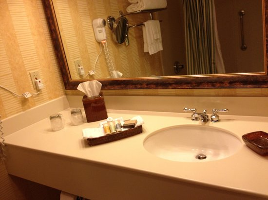 Creekside Inn: Clean bath room with lots of counter place