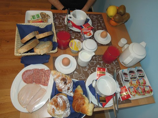 Guest House Casa Martini: Breakfast feast.