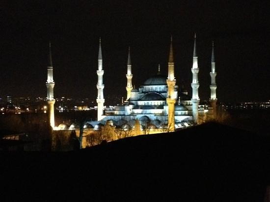 Lausos Hotel: Vista notturna della Moschea Blu dalla finestra della Sultanhamet Suite