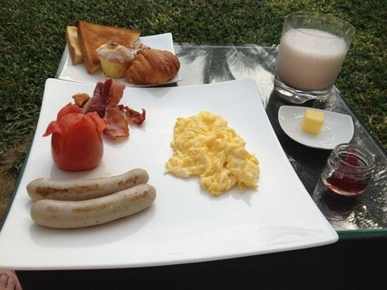 Fusion Maia Da Nang: yummy western breakfast by the pool!