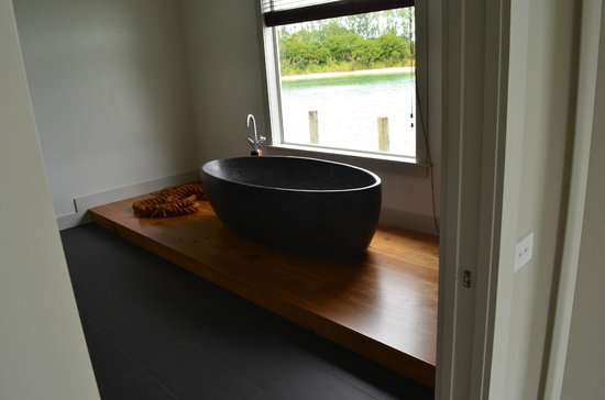 Boathouse Row: Stunning stone bath overlooking the lake
