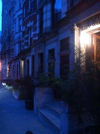 Sugar Hill Harlem Inn: l'entrata sulla 141st