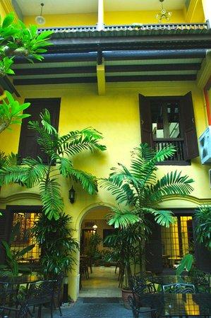 Hotel Puri: Patio