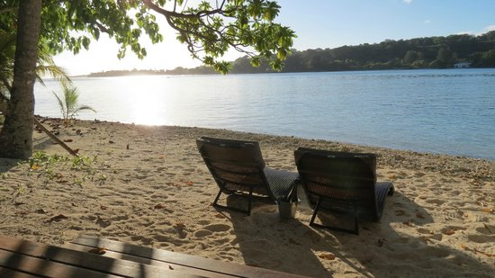 Erakor Island Resort & Spa: Sunbeds less than 1 metre from our Bungalow Deck