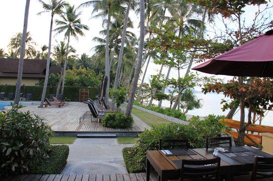 The Passage Samui Villas & Resort: Sonnenliegen und Strand