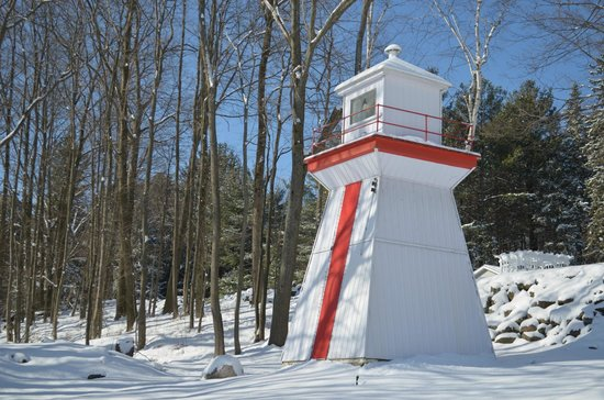 Beacon Shore Bed & Breakfast: Lighthouse to the rear