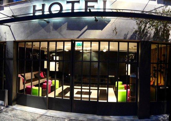 Hotel Montmorency: Entrée de l'hôtel (nuit)