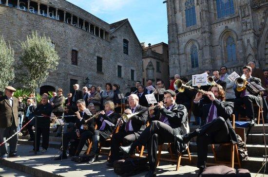 Resultat d'imatges de sardanes catedral barcelona fotos
