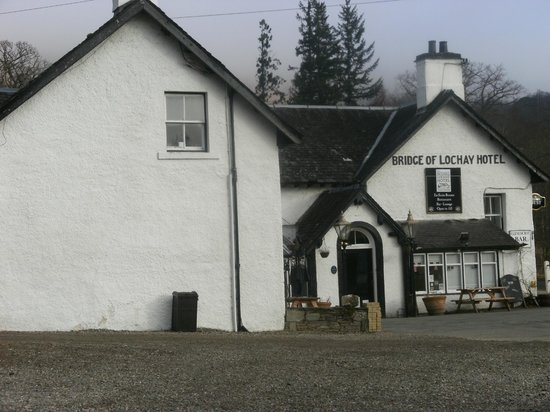 Bridge Of Lochay Hotel: view from outside hotel