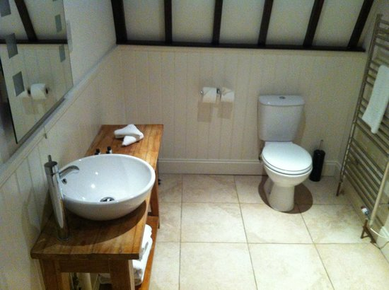 The Carpenters Arms : room 6 bathroom - excellent shower  too
