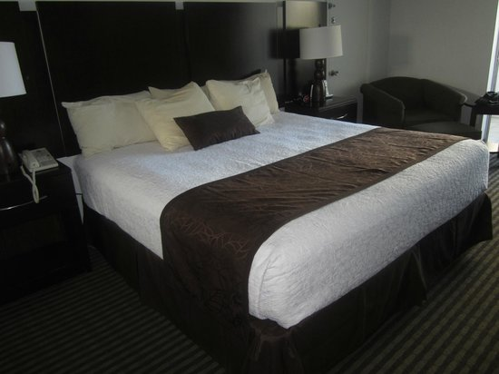 BEST WESTERN On The Bay Inn & Marina: Super comfy king size bed