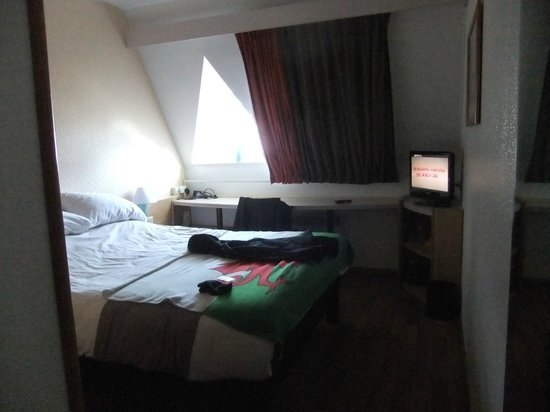 Ibis Brugge Centrum: Our room, double bed was most comfortable.