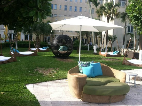 British Colonial Hilton Nassau: poolside chairs