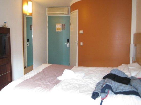 Ibis Amsterdam Centre Stopera : camera  e bagno esterno(il muro che fa angolo)