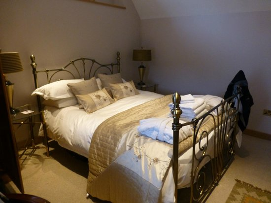 Docharn Lodge Guest House: The Big Bed!