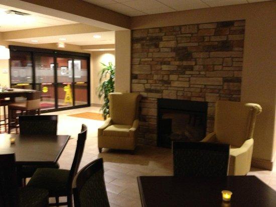 Hampton Inn Brockport : Lobby fireplace