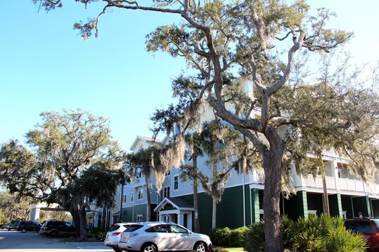 Hampton Inn & Suites Jekyll Island: Hotel from front /right