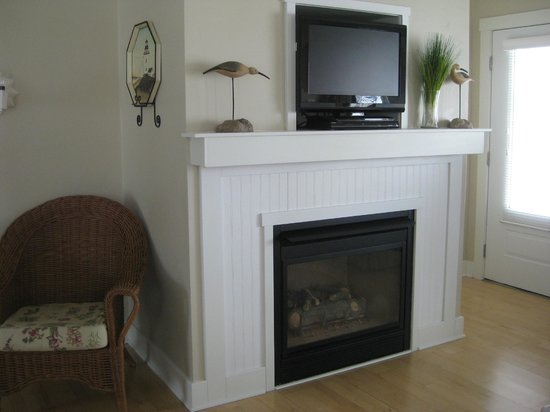 Edgewater Resort : TV and fireplace in main sitting room.