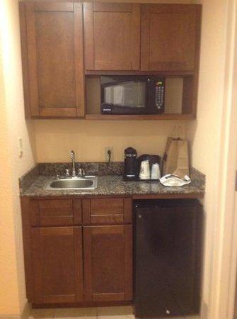 Holiday Inn & Suites Huntington- Barboursville: hallway between living room and bedroom
