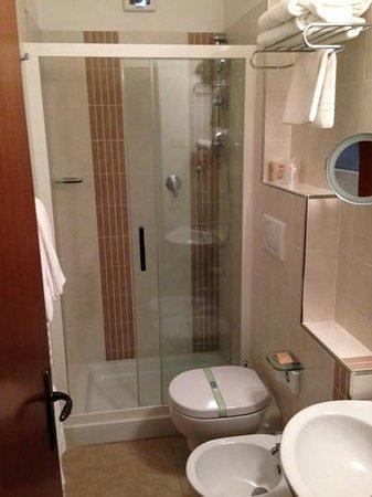 Hotel Arcobaleno: Bagno completo di tutti gli accessori