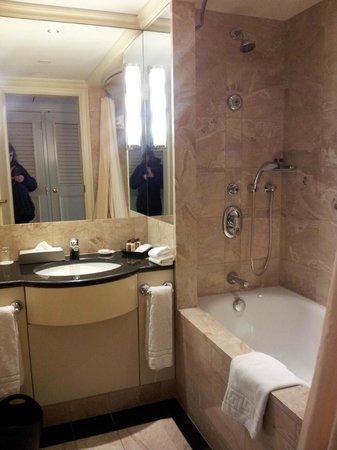 Sheraton Warsaw Hotel: Bathroom